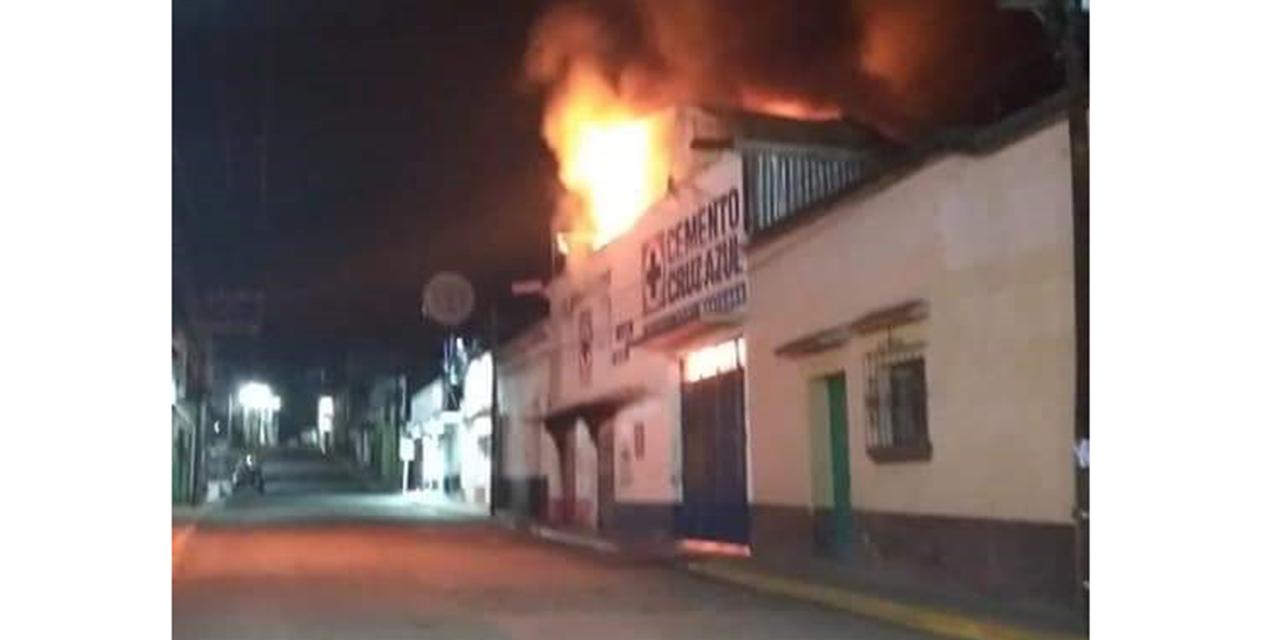 Fuerte incendio alarma a vecinos y comerciantes | El Imparcial de Oaxaca