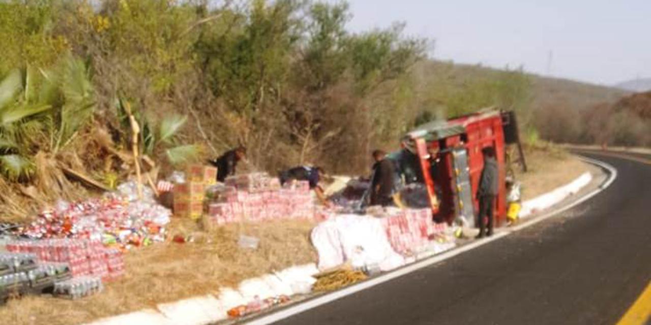 Vuelca una camioneta cargada de abarrotes en La Mixteca | El Imparcial de Oaxaca