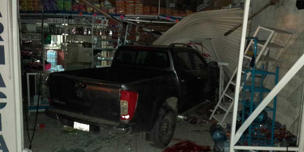 Estrella su camioneta contra una farmacia en La Experimental | El Imparcial de Oaxaca