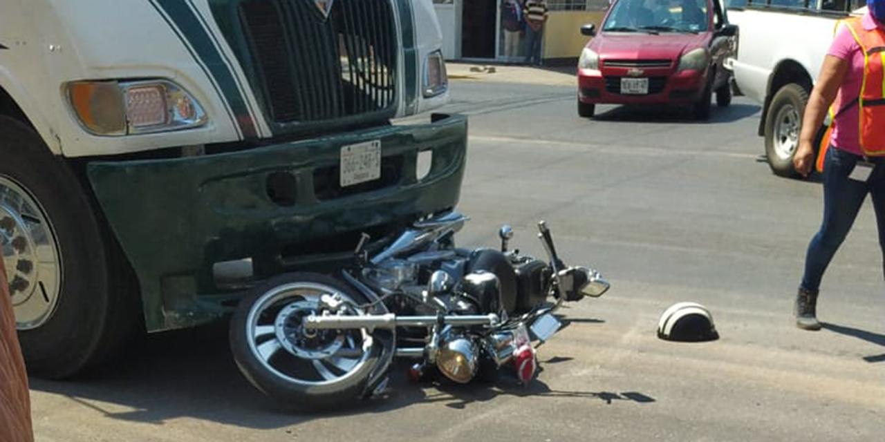 Atropellan a motociclista con urbano tomado por normalistas | El Imparcial de Oaxaca