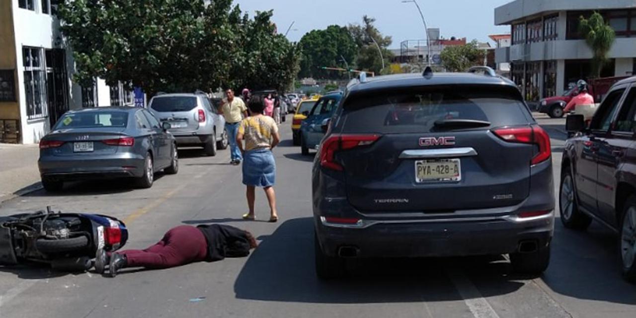 Motociclista resulta lesionada tras chocar contra camioneta en la Colonia Reforma | El Imparcial de Oaxaca