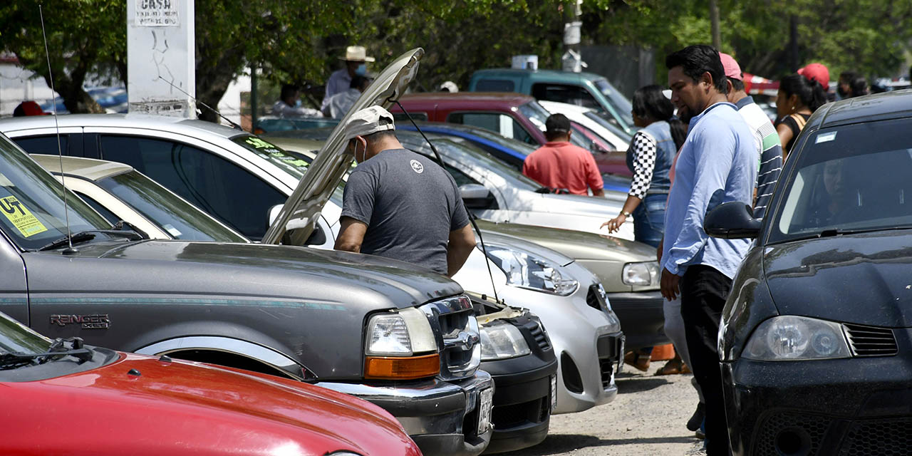 Covid frena venta de autos en tianguis de Brenamiel | El Imparcial de Oaxaca
