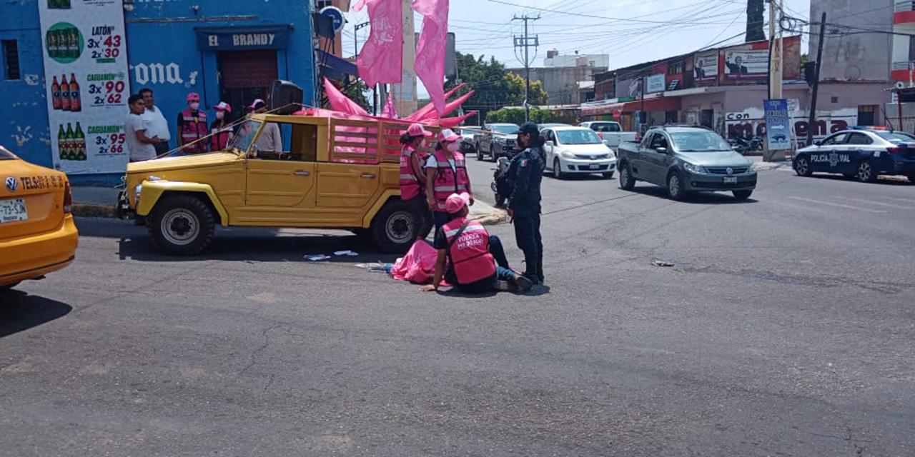Promotora de Fuerza México cae de un auto en movimiento en Santa Lucía | El Imparcial de Oaxaca