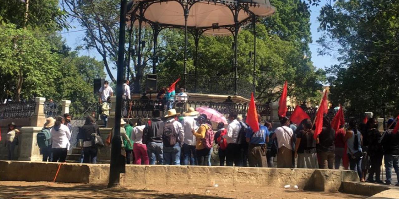 Organizaciones sociales protestan frente a Palacio de Gobierno por el día del trabajo   El Imparcial de Oaxaca