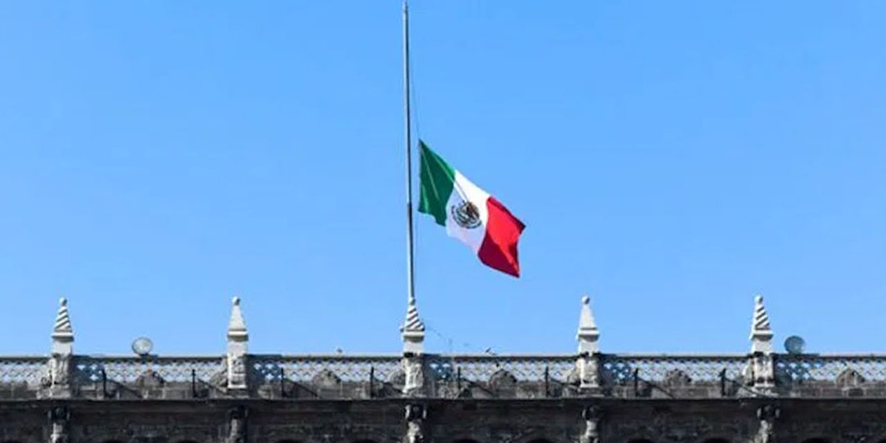 Bandera de México izada a media asta, señal de luto tras accidente en Metro | El Imparcial de Oaxaca