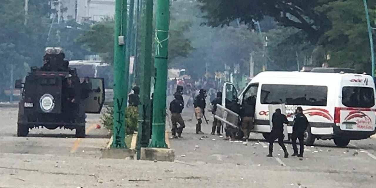 Nuevo enfrentamiento en Mactumaczá de normalistas contra antimotines | El Imparcial de Oaxaca
