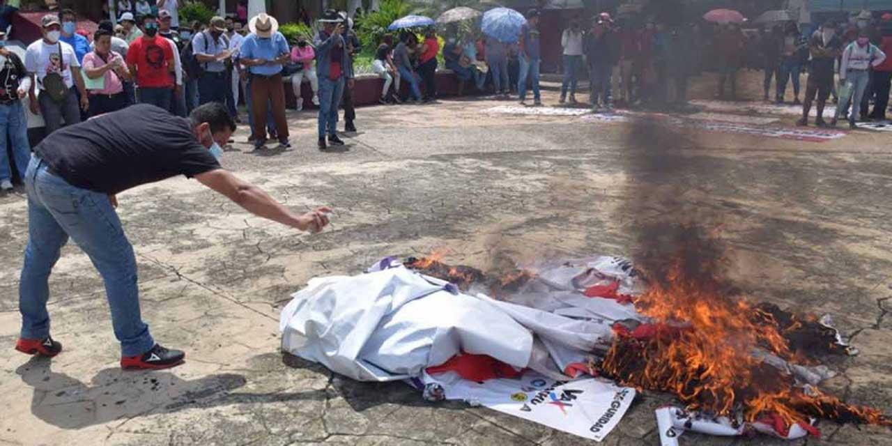 Normalistas de Mactumactzá quitaron y quemaron propaganda electoral   El Imparcial de Oaxaca