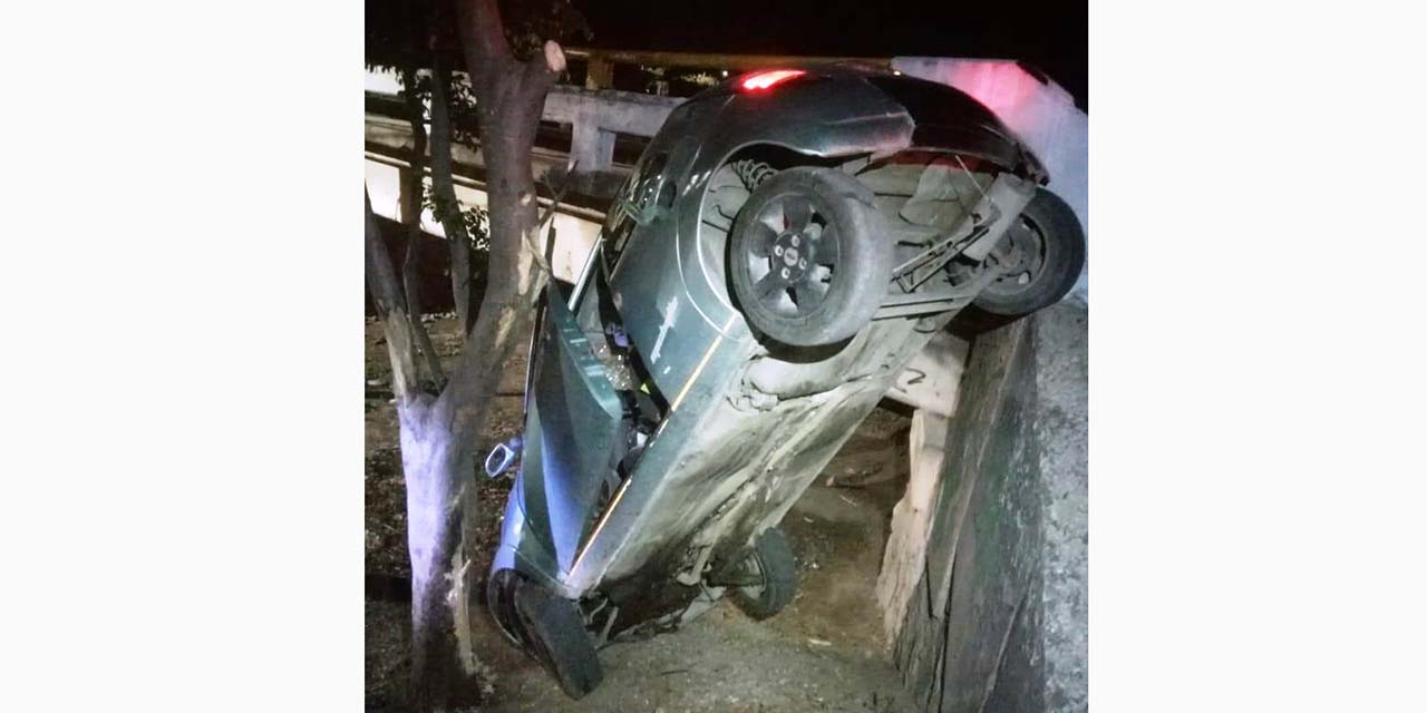 Conductor pierde control de vehículo y se va a un barranco | El Imparcial de Oaxaca
