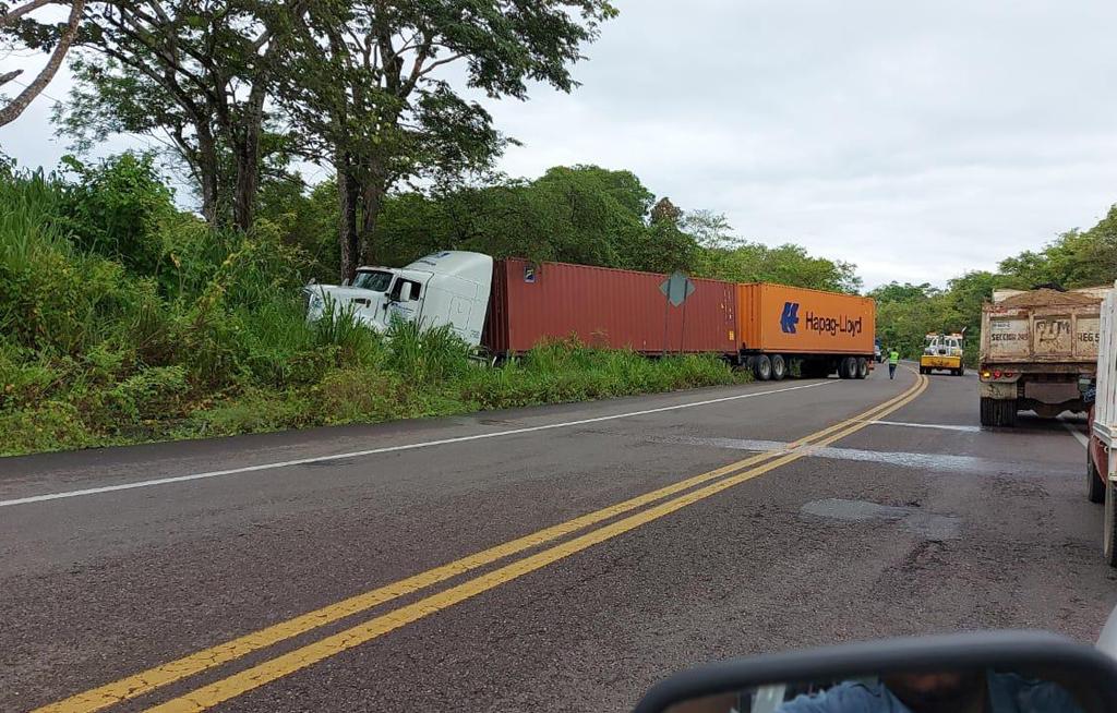 Tracto camión se sale de la cinta asfáltica en el kilómetro 160 | El Imparcial de Oaxaca