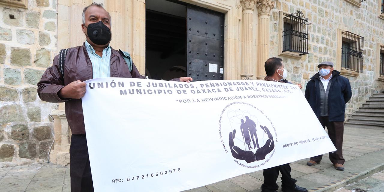 Jubilados reclaman pago de finiquitos al Ayuntamiento | El Imparcial de Oaxaca