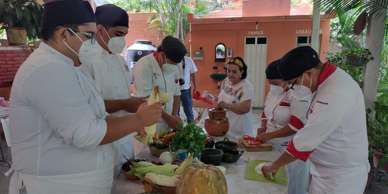 Alumnos del IUO reciben clases de cocina tradicional | El Imparcial de Oaxaca