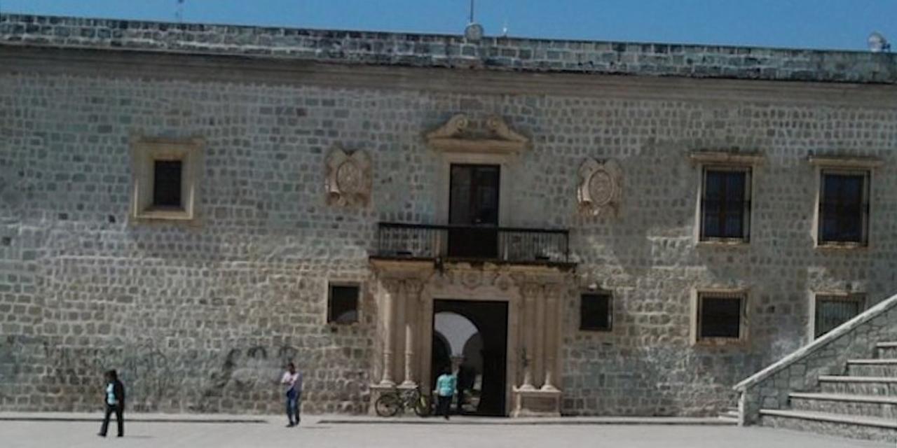 Aparece una manta con mensaje criminal cerca del Ayuntamiento de Oaxaca   El Imparcial de Oaxaca