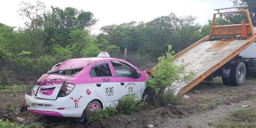 Taxi se sale  de la carretera   El Imparcial de Oaxaca
