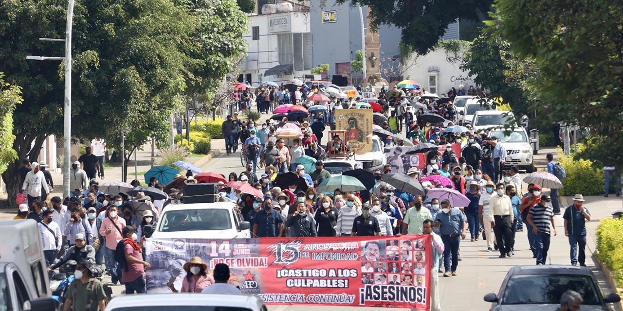 Sección 22 marcha a 15 años del fallido desalojo en el Zócalo | El Imparcial de Oaxaca