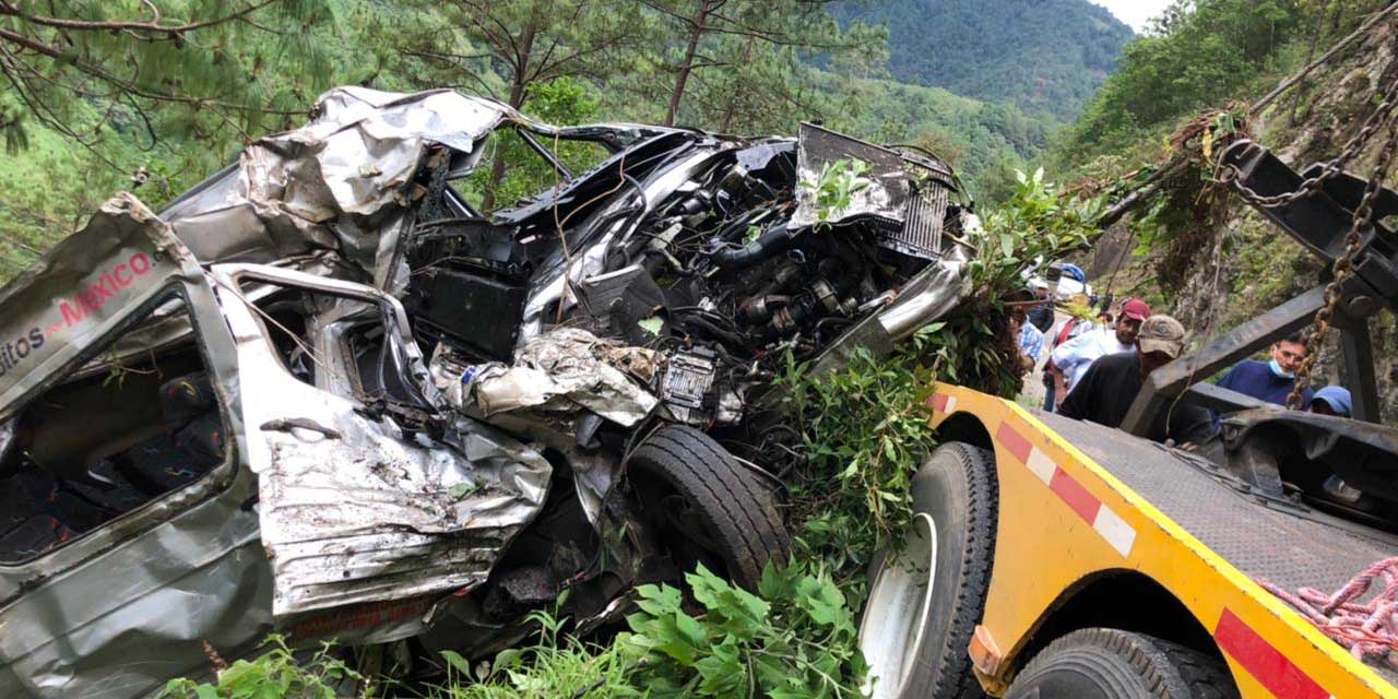Camioneta cae al barranco en carretera de Miahuatlán   El Imparcial de Oaxaca