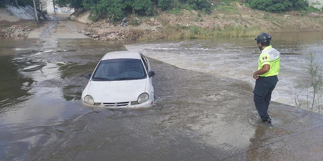 Intrépido automovilista intenta cruzar el vado en el Río Los Perros   El Imparcial de Oaxaca