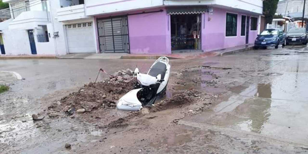 Motociclistas caen a un hoyo por obra inconclusa en Huajuapan | El Imparcial de Oaxaca