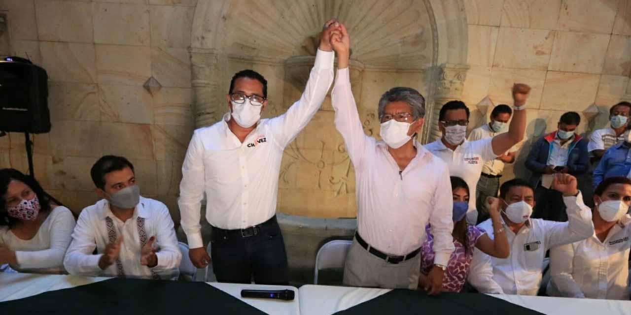 Javier Chávez levanta la mano de Francisco Martínez Neri | El Imparcial de Oaxaca