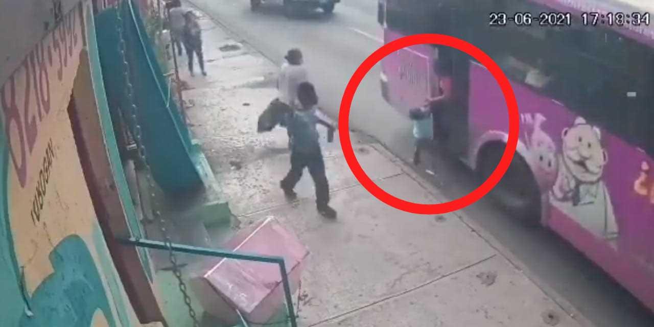 Video: Camión arrastra a niño mientras su mamá quedó atorada en la puerta | El Imparcial de Oaxaca