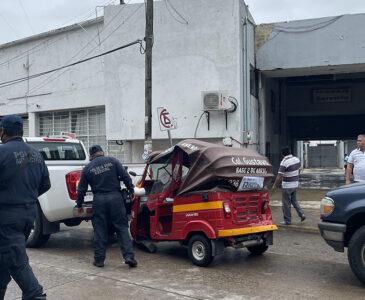 Se suscita violento choque entre mototaxi y camionetas