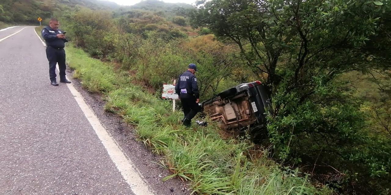 Sale de la carretera y vuelca aparatosamente   El Imparcial de Oaxaca