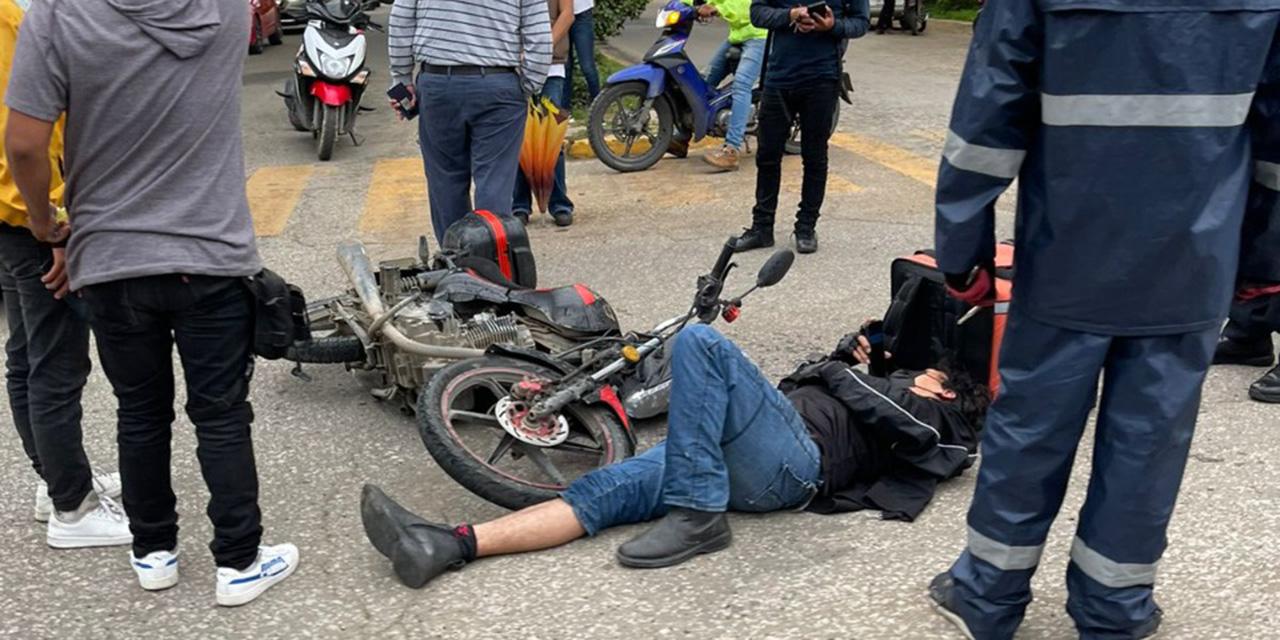 Motociclistas sufren fuerte caída en la Avenida Gómez Morín   El Imparcial de Oaxaca