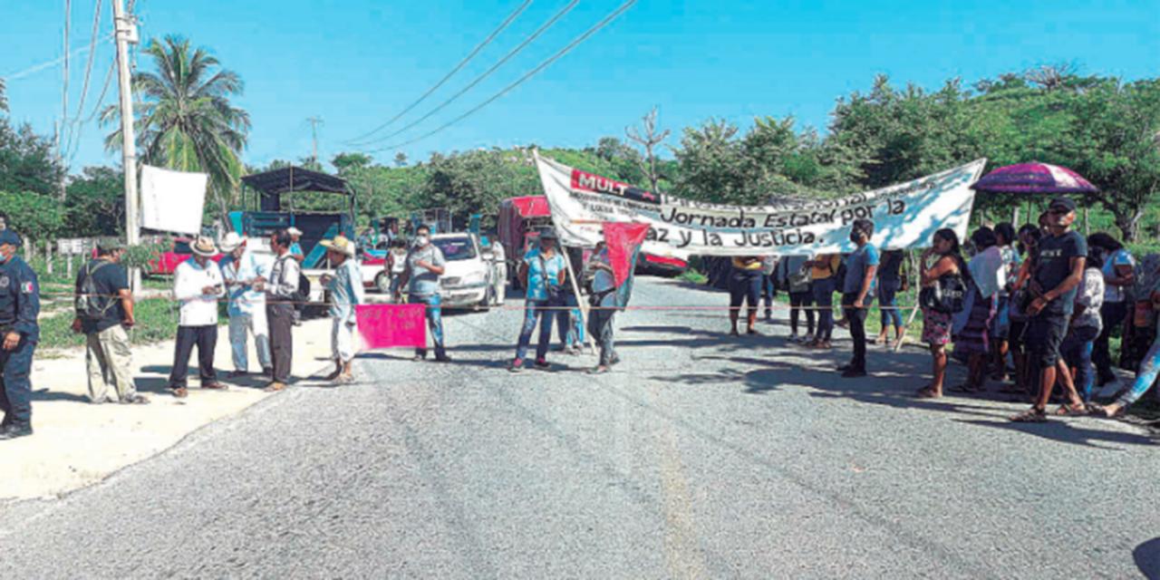 MULT toma carretera federal 200   El Imparcial de Oaxaca