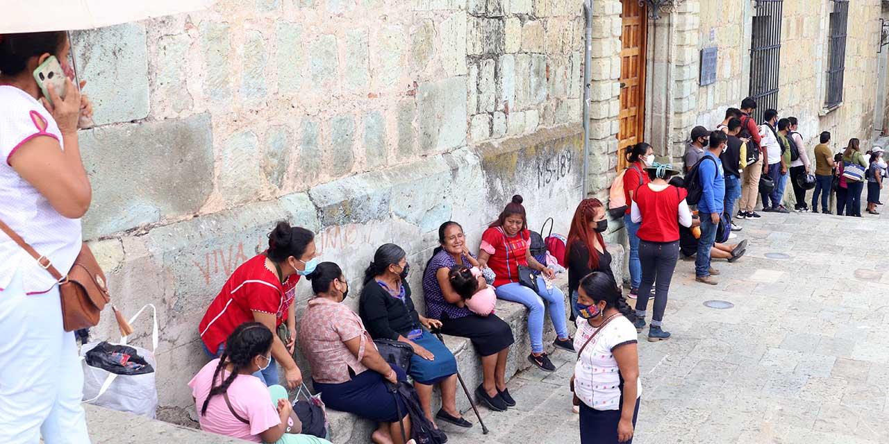 Madrugan con largas filas los de 40 a 49 años para vacunarse   El Imparcial de Oaxaca