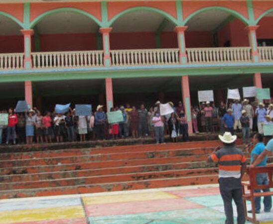 Clausuran palacio y exigen al IEEPCO elecciones urgentes en Ocopetatillo