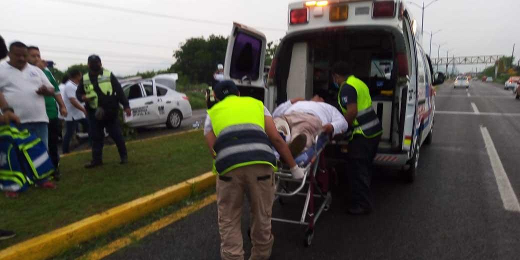 Se impacta taxi  con camioneta estacionada | El Imparcial de Oaxaca