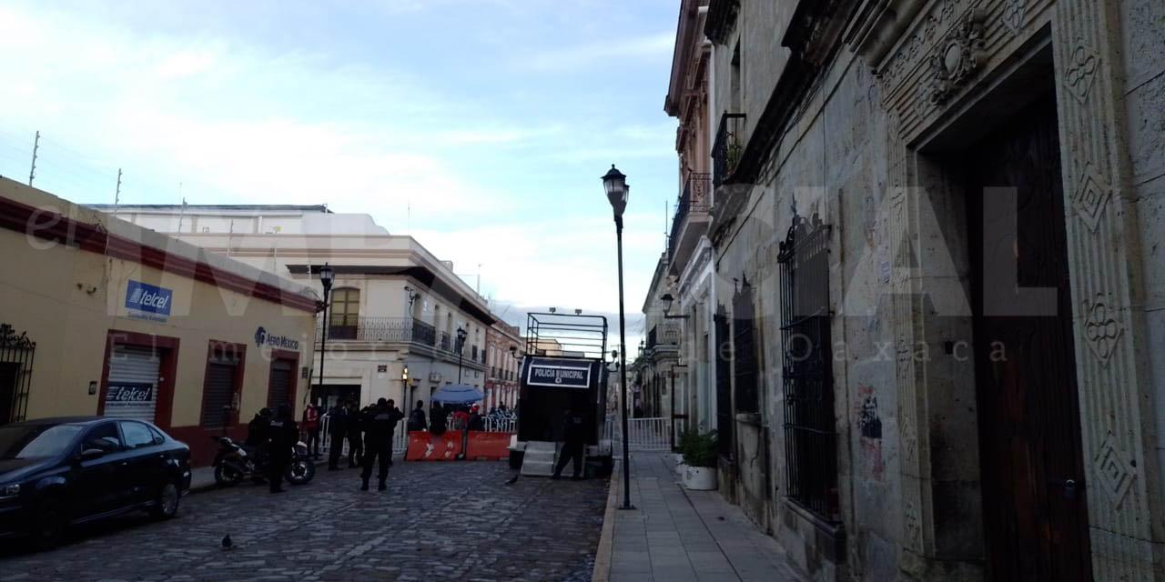 Cerca policía municipal el zócalo, impiden acceso a vendedores ambulantes | El Imparcial de Oaxaca