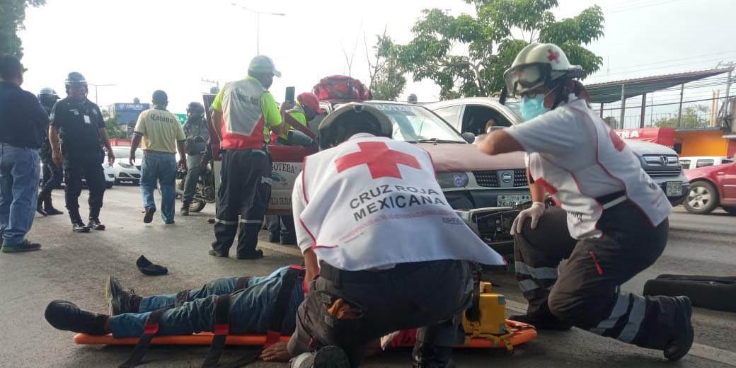 Accidente entre un motociclista y un taxi foráneo en Símbolos Patrios   El Imparcial de Oaxaca