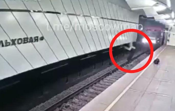 Video: Joven se lanza a las vías del tren en Moscú… se salva de milagro   El Imparcial de Oaxaca