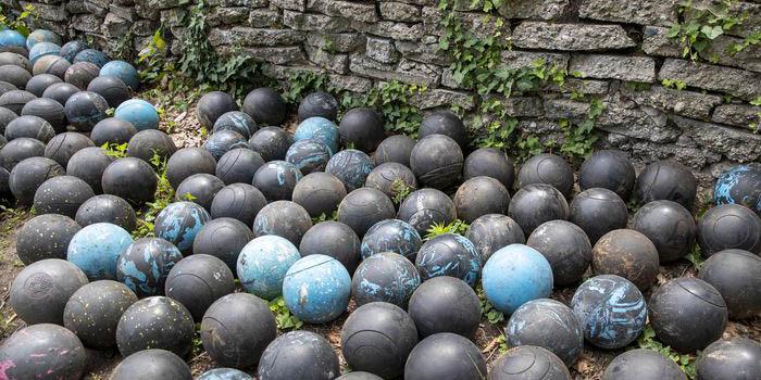 Hombre escarba y encuentra 160 bolas de boliche enterradas en su jardín | El Imparcial de Oaxaca