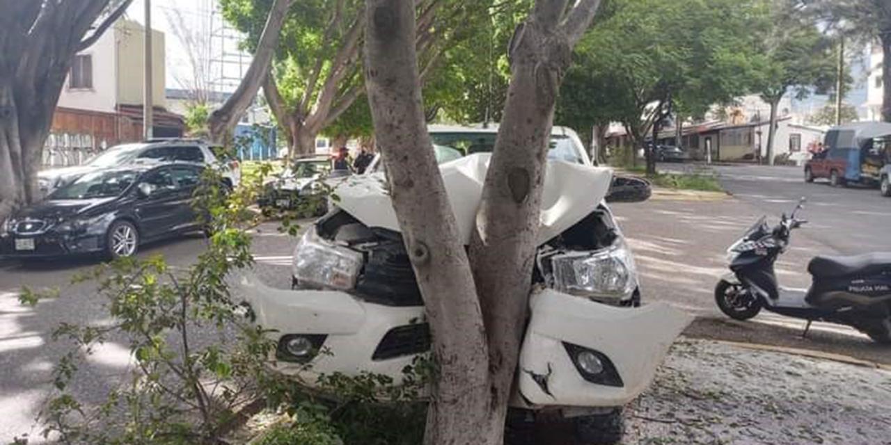Ebrio conductor se estrella contra árbol | El Imparcial de Oaxaca