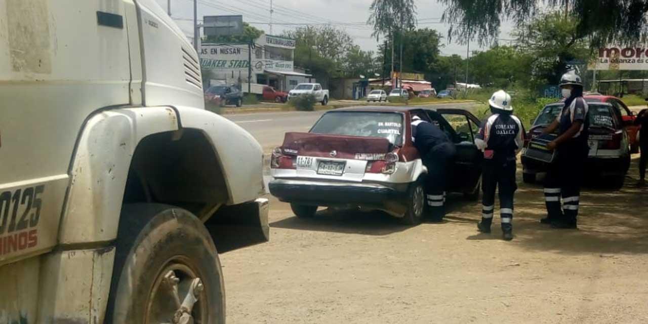 Camión de volteo choca a taxi en San Bartolo Coyotepec; una mujer lesionada | El Imparcial de Oaxaca
