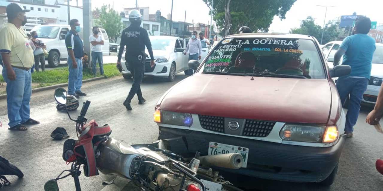 Ebrios motociclista son embestidos por taxista en Símbolos Patrios | El Imparcial de Oaxaca