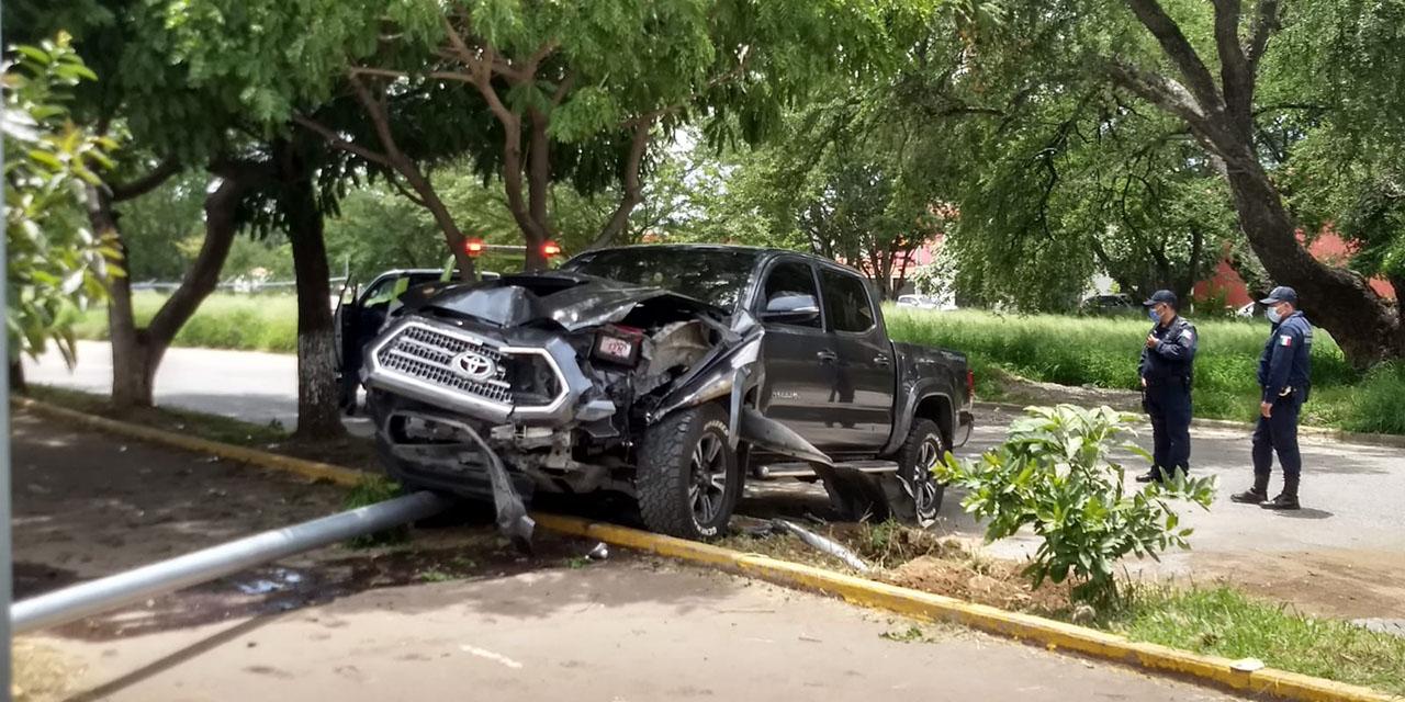 Se estrella contra poste y lo tumba en San Sebastián Tutla   El Imparcial de Oaxaca
