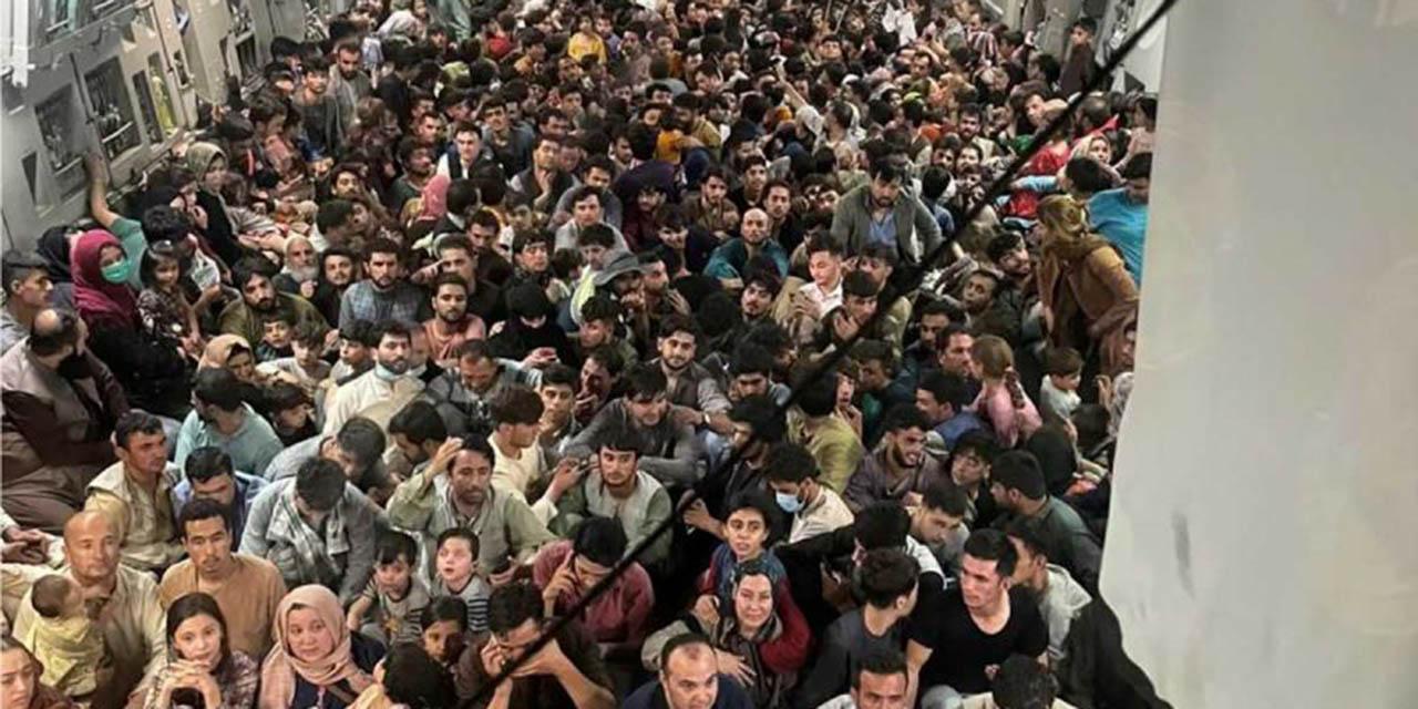 Más de 600 afganos apretujados huyen en avión de EU   El Imparcial de Oaxaca