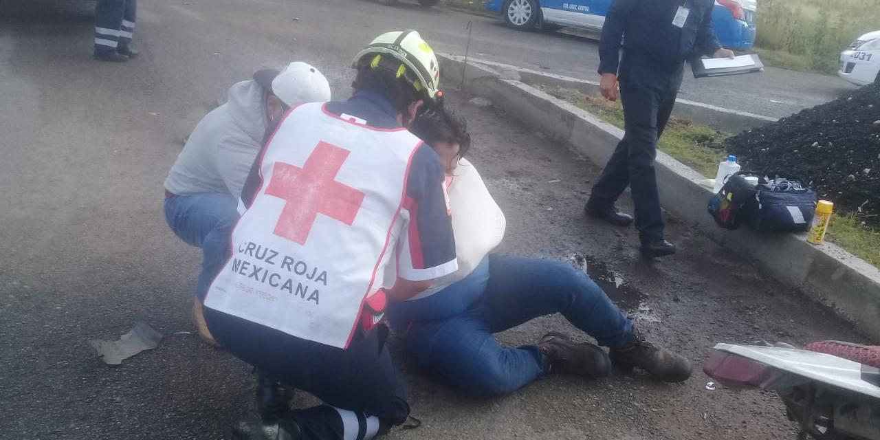 Choque entre moto y taxi deja un lesionado en carretera a Tlacochahuaya | El Imparcial de Oaxaca