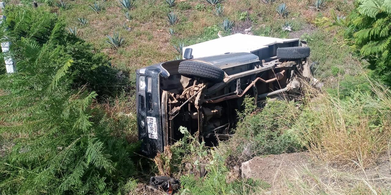 Aparatosa volcadura en la carretera federal 190 | El Imparcial de Oaxaca