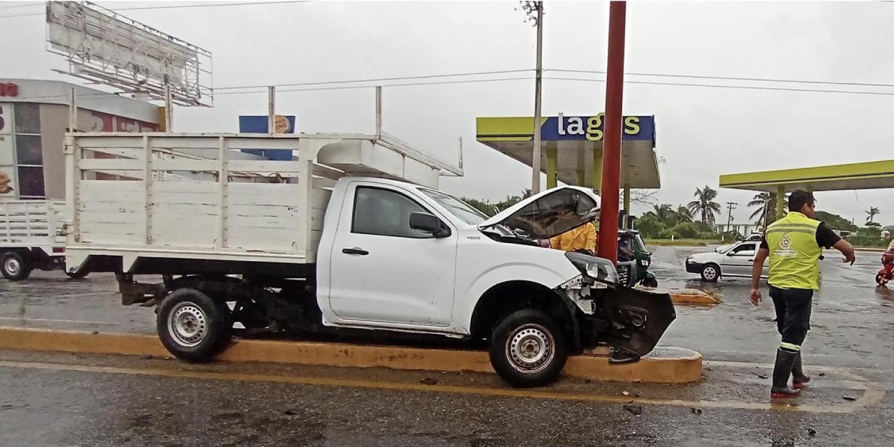 Derrapa conductor  sobre asfalto mojado   El Imparcial de Oaxaca
