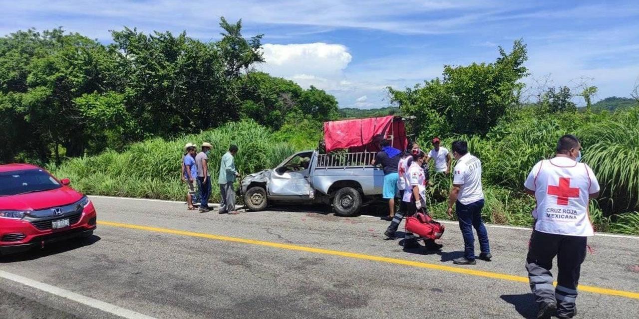 Vuelca camioneta cerca de Pinotepa | El Imparcial de Oaxaca