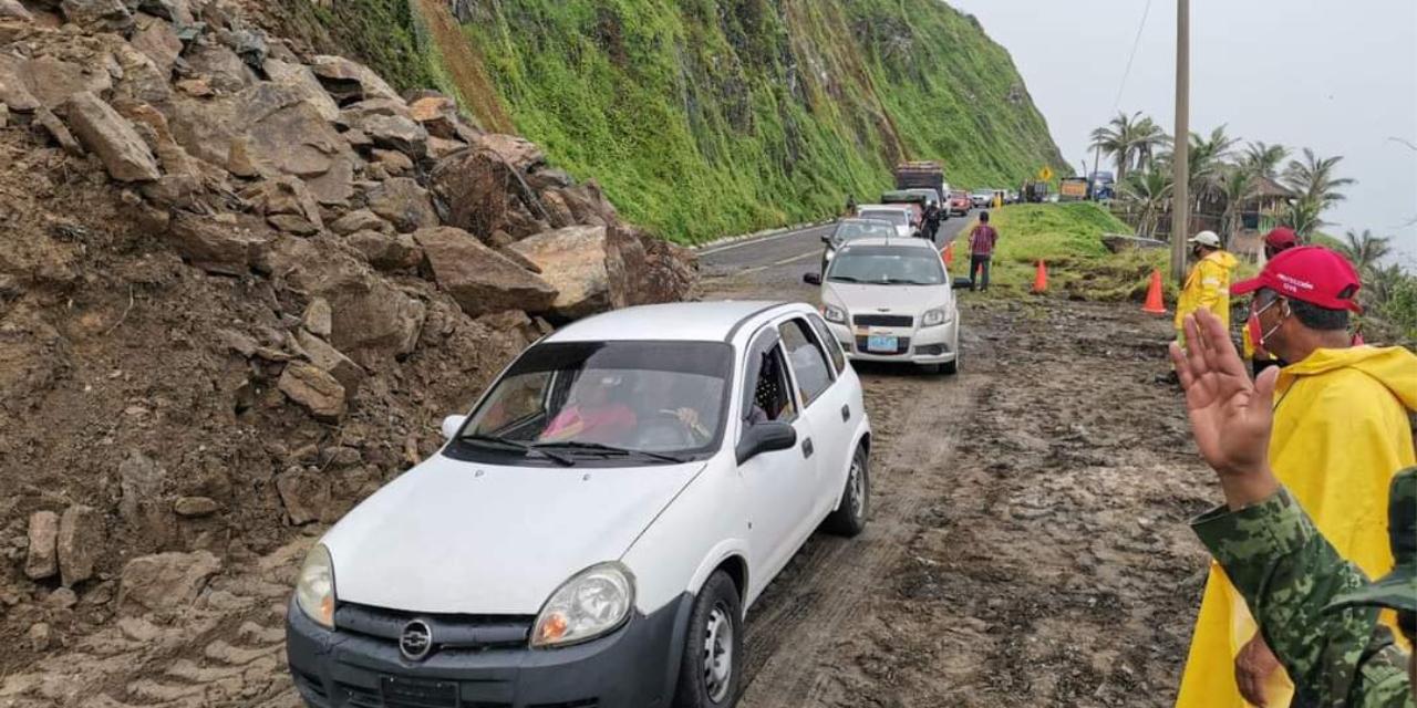 'Nora' provoca derrumbes en la carretera que lleva de Acapulco a Zihuatanejo   El Imparcial de Oaxaca