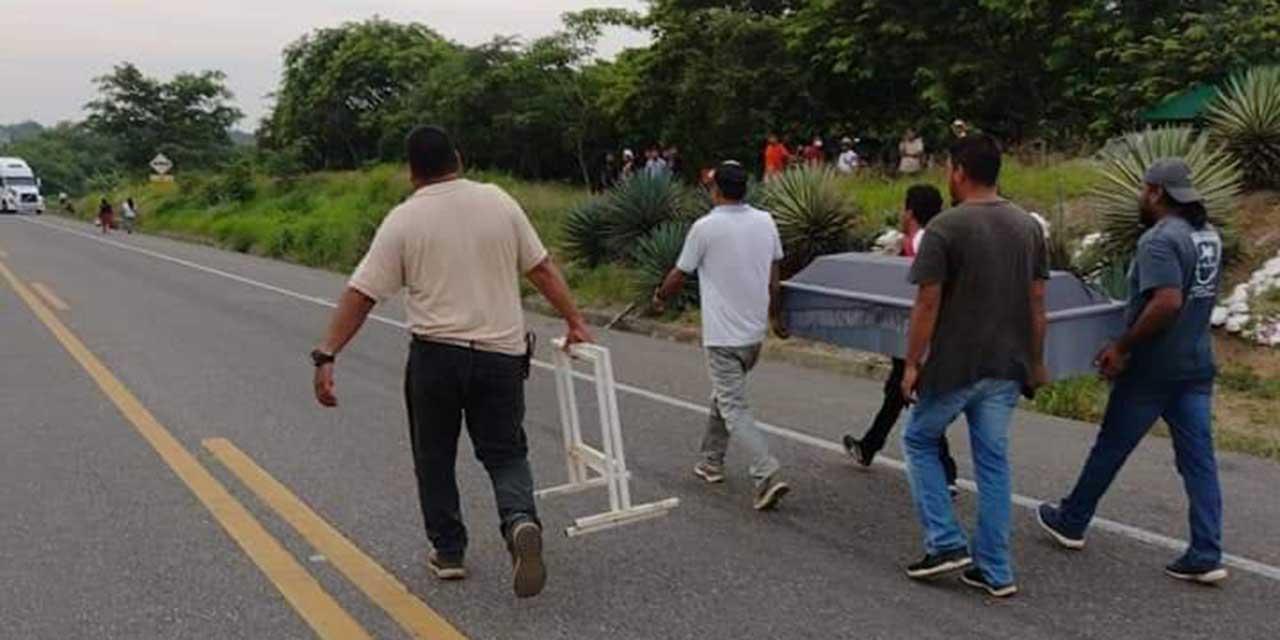 Por bloqueo, deben cargar ataúd para vela a su muerto | El Imparcial de Oaxaca