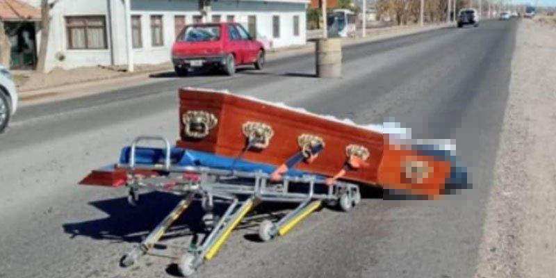 Ataúd sale volando de carroza fúnebre; el cuerpo quedó a mitad de la carretera   El Imparcial de Oaxaca