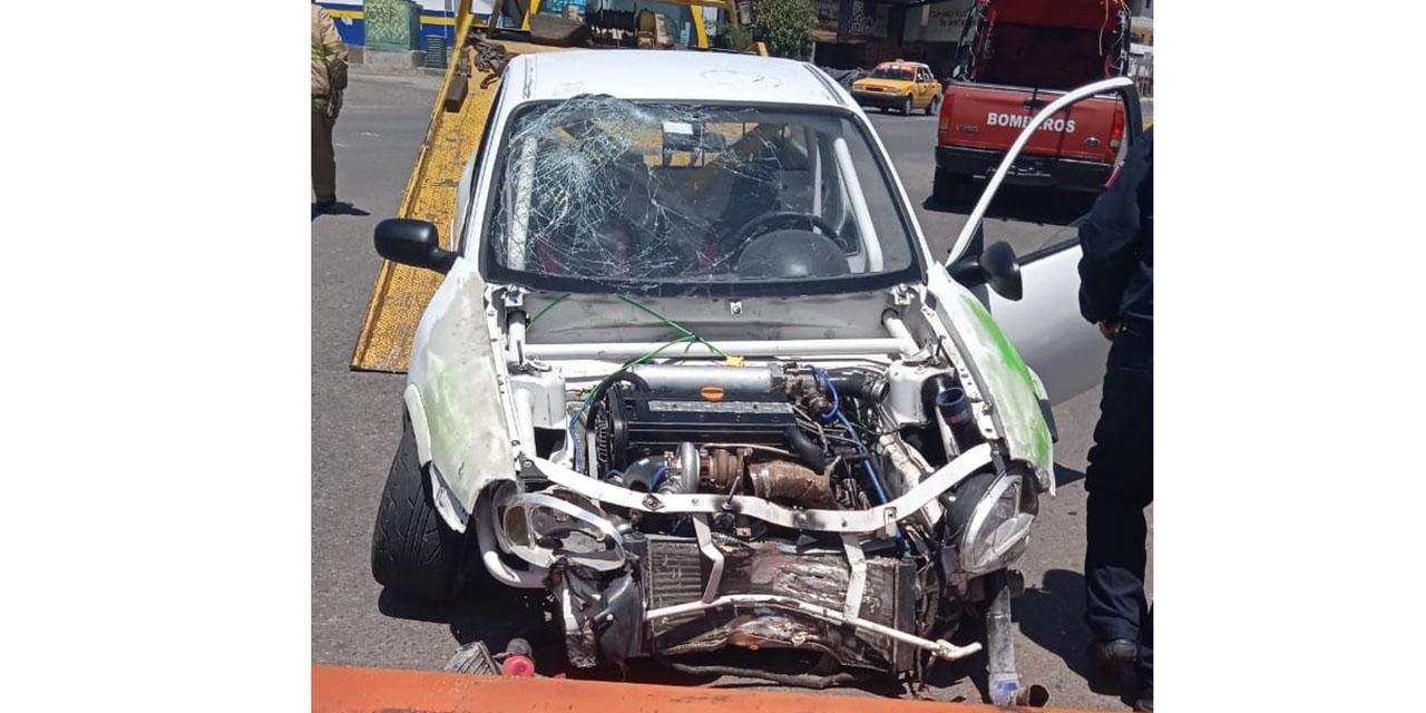 Conductor de camioneta pierde control de unidad y tumba poste de luminaria   El Imparcial de Oaxaca