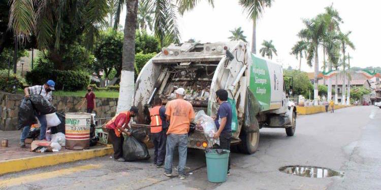 Mujer tira a camión de la basura bolsa con dinero en Hidalgo… trabajadores la devuelven | El Imparcial de Oaxaca