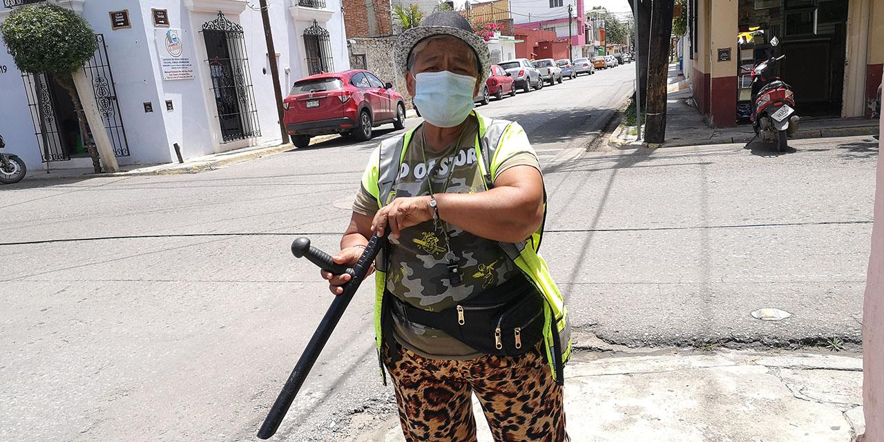 Doña Laura vigila el Barrio de la Noria con macana   El Imparcial de Oaxaca