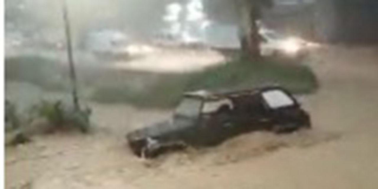Corrientes de agua arrastran vehículos en Oaxaca | El Imparcial de Oaxaca